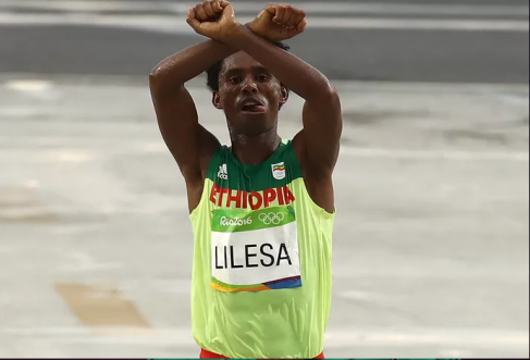 Fayyisaa lalisaa Oromo national hero, at Rio 2016 Olympicmarathon in the podium, finishing line in #OromoProtests as winning theOlympic medal, 21 August 2016