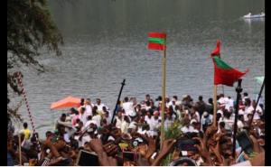 irreecha-malkaa-birraa-2016-at-horaa-harsadii-bishoftuu-oromia-oromo-people-with-oromo-flag-2nd-october-2016