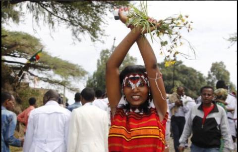 irreecha-malkaa-birraa-2016-at-horaa-harsadii-bishoftuu-oromia-this-brave-oromo-woman-is-one-of-the-murdered-by-fascist-tplf-ethiopia-2nd-october-2016