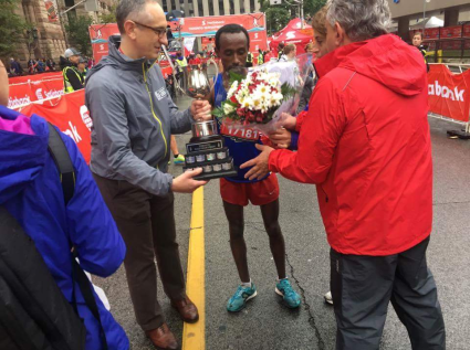 scotiabank-toronto-waterfront-half-marathon-winner-kinde-asafa-shown-the-oromoprotests-juster-oromorevolution-16-october-2016