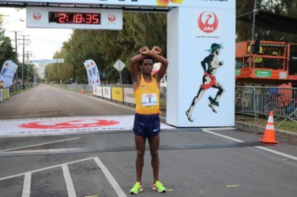 feyisa-lilesa-finished-fourth-in-2016-honolulu-marathon-he-walked-the-last-100-metres-while-making-the-famous-x-gesture-with-his-arms-in-silent-protest