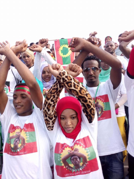 oromoprotests-during-the-dubai-marathon-january-19-2017-oromo-nationals-tamirat-tola-and-warqinesh-degefa-are-the-winners-in-mens-and-womens-race